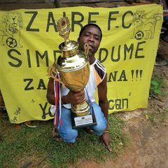WSPOMÓŻ zakup butów dla drużyny Small Zaire