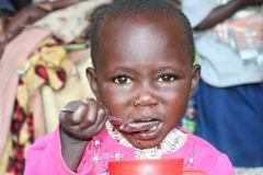 Dożywianie głodujących dzieci (Kamerun)